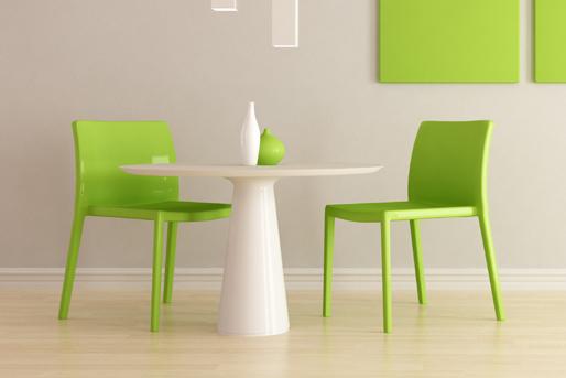 Stuhl grün, Tisch weiß