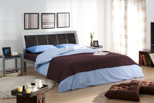Bett, blau und braun