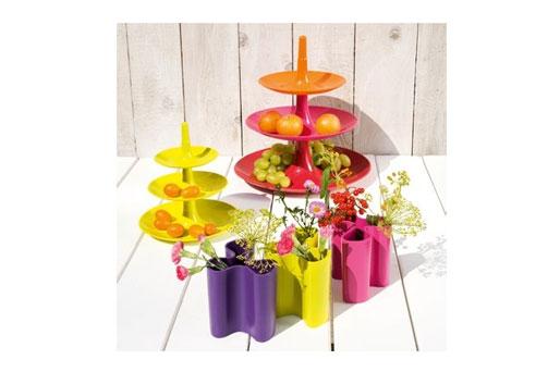 Tischdeko mit Vasen im Sommer