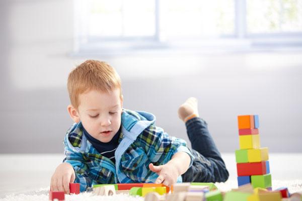 Helle Spielecke im Kinderzimmer mit viel Tageslicht
