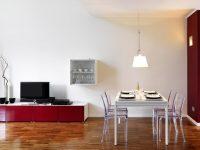 offener-wohn-essbereich-tisch-neben-fernseher